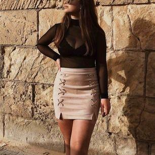 Sammet nude/rosa kjol från DM retro, köpt för 3 år sedan. Använd några gånger men i ett väldigt fint skick! Köparen står för frakten!! Nypris: 500kr