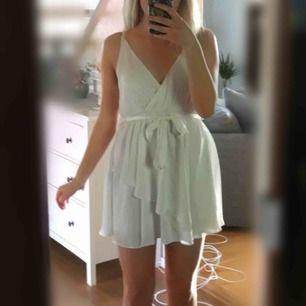 Finaste vita klänningen från Linn Ahlborgs kollektion med NA-KD. Knyte i midjan så passar både S och M. Perfekt som studentklänning, jag har endast testat den och prislapp finns kvar❣️
