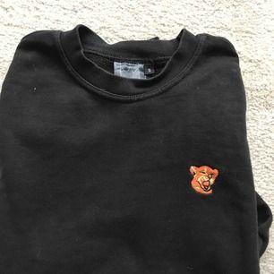 Den populära hov1 merchen. Sparsamt använd tröja med en lösare passform.