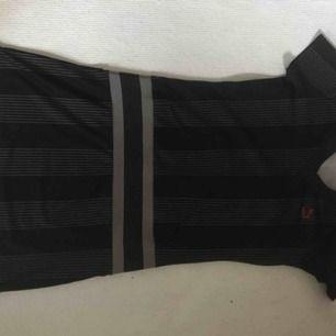 Läcker och ovanlig PUMA Klänning i svart och grått. Strl: liten M