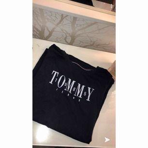 En basic t shirt från Tommy Hilfiger i färgen marinblå, använd 1 gång då den tyvärr är för liten. Frakt 30-40kr