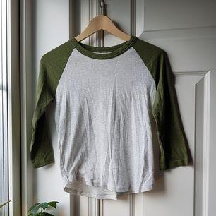 Fin grön/vit tröja i bra skick!😍 Väldigt mjukt och skönt material! Storleken är S men funkar även till XS. Köparen står för frakten och det är bara att skicka till mig om du har något fråga!