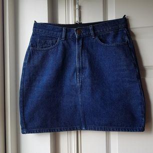 Snygg jeanskjol från Monki i mörk denim!!😍 Jättebra skick! Storleken är S med en rak passform. Lite för liten på mig som brukar ha M. Köparen står för frakten! Skriv gärna till mig om du har några frågor!