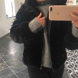 En svart pälsjacka (fuskpäls) från Zara. Jackan är som ny, använd Max 5 ggr, den har en luva och ett spänne som detalj, supersnygg!🥰🥰🤪🤪