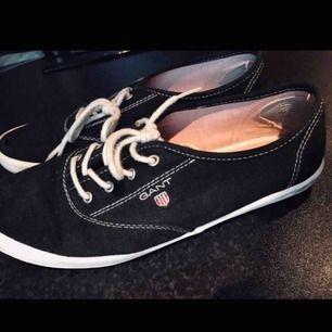 Säljer mina snygga Gant skor i storlek 39. Dom är sparsamt använda som du ser och det är ett väldigt litet hål vid tån som du kan se på den ena bilden. Tvättar dom alltid en extra gång innan det ska skickas. Priset är prutat och klart!