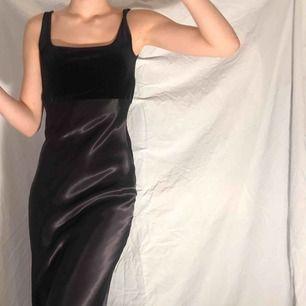 Elegant klänning i siden med sammet topp🧚🏼🧚🏼 Formar kroppen otroligt vackert och passar utmärkt till vinterns mörka kvällar. Frakt 44kr🧚🏼🧚🏼