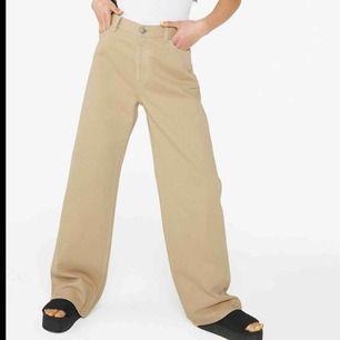 Sjukt snygga beiga jeans från Monki i modellen Yoko! Nypris: 400kr. Använda men i gott skick! Frakt tillkommer och betalningen sker via Swish.