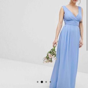 Väldigt fin klänning från asos, aldrig använd, passar jättebra till val eller bröllop! Frakt kan tillkomma. Möter upp om behövs. Bud gäller. (Petite så passar för mindre/kortare)