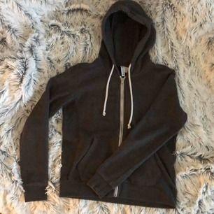 En mörkgrå huvtröja från H&M i storlek M. Knappt använd och i bra skick. Köparen står för frakt om man inte kan mötas upp och hämta!