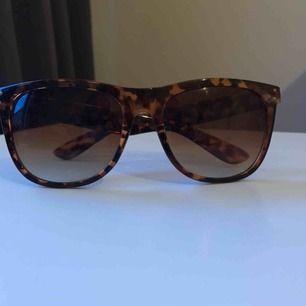 """Ett par solglasögonen i en brun nyans. Lite """"kantig"""" look med brunt glas."""