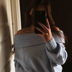 Snygg stickad off shoulder tröja från H&M. Den är mjuk och skön. Använd fåtal gånger och i fint skick!
