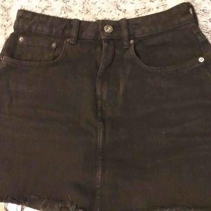 Svart jeanskjol ifrån zara i storlek S med lite slitningar nertill. Dragkedjan är lite trög men fungerar ändå.