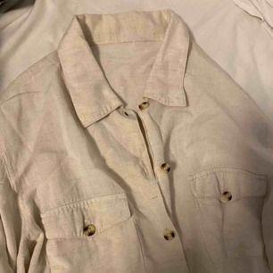 Ljus beige linnéskjorta. Aldrig använd. Vid frakt står köparen för fraktkostnaden