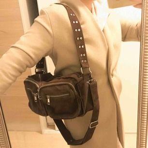 Brun väska från märket NOELLA Köpare står för frakt