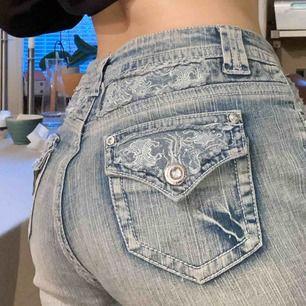 Skiiit snygga ljusblåa jeans som har fett coola fickor och har lite 2000s stil. Det står storlek 42 på jeansen men de sitter bra på mig som har S/M och jag är 165cm. Skriv om intresserad💜💜