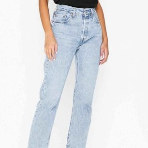 Raka blå jeans från levis (501), ordinarie pris 1150kr  Frakt tillkommer
