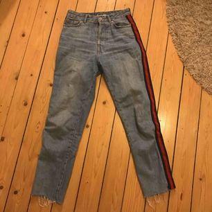 Jätte snygga mom jeans/ boyfriend jeans som är använda ett par fåtal gånger, har en skit snygg rand på sidan som gör byxorna jätte balla.