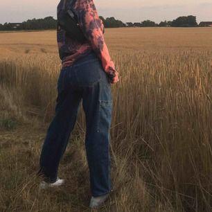 Skitsnygga lågmidjade (kan bli högmidjade med skärp) jeans, med fickor på sidorna. Passar bäst storlek S eller XS. Närmast oanvända, säljer pga har inga kläder som passar bra med dom. Möter upp i Malmö, Lund eller Stockholm, annars tillkommer frakt.