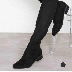 Säljer dessa otroligt snygga skor endast använda 3 gånger köpte dem för 600 kr dem är i under knäna så skorna täcker inte knäna så otroligt bekväma