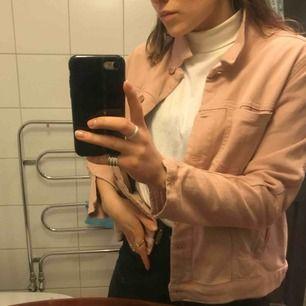 Snygg ljusrosa jeansjacka från Dobber! Knappt använd, är liten i storleken och skulle säga att den är mer som en S/ XS. Färger är mest lik på den sista bilden