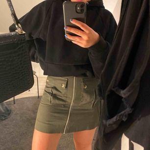 Säljer denna as coola kjolen från bikbok. Den är i jättebra skick då den inte har använts så mycket. Den är väldigt fin nu till sommaren med coola detaljer💕 Köparen står för frakten.