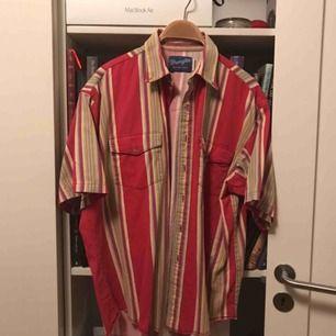 Vintage wrangler-skjorta Storlek: L, men passar bra till både M och S beroende på hur man vill att den ska sitta Skick: Vintage condition men ändå bra