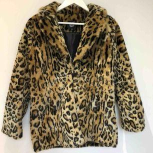 Leopardmönstrad kappa🐆Storlek 152-158 cm men skulle säga att den passar en liten XS🐆Mycket bra skick🐆Frakt 66 kr🐆