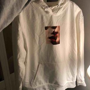 Superfin hoodie från carlings! Säljer pga den kommer inte till använd pga jag kände att den blev för stor, de var inte det jag sökte liksom🥰 aldrig använd, väldigt fint skick.