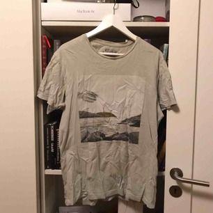 T-shirt från pull & bear Bra skick förutom att den är skrynklig, stryker självklart om köparen vill
