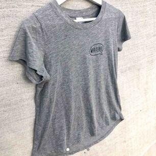 """🌸Ginatricot """"whatever"""" grå t-shirt🌸Den är lite längre där bak🌸Klädesplagg tvättas innan den skickas iväg🌸⭐️Mått⭐️Längd 61cm⭐️Bust 102cm⭐️Arm 19cm⭐️Runt arm 43cm⭐️"""