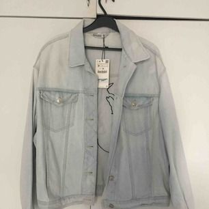 Gorgeous Zara Light Wash Denim Jacket.  Zara Woman Oversized Denim Jacket Fruit Embroidery Light Blue!   Helt ny! Aldrig använd.
