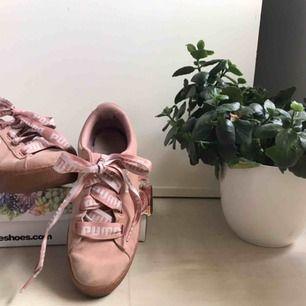 Rosa puma skor i mocka och breda band. Super sköna med mjuk sula. Nypris ca 700kr men är väl använda därav priset