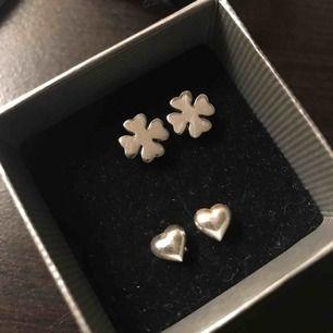 (Inkl frakt) Fyrklöver örhängen från Edblad i rostfritt stål och hjärtörhängen från glitter i silver. 50kr styck eller 80kr för båda FYRKLÖVER SÅLDA
