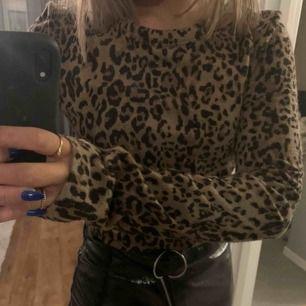 Säljer denna super snygga och sköna tröja från Zara. Använd ca 7-8gånger och är därför i ett mycket fint skick. Köparen står för frakten (ca 50kr)