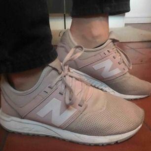 Rosa New balance skor som är sjukt sköna! Säljes då de inte kommer till användning. Tyvärr så har dom blivit lite mörkare i färgen och en lapp som håller på att gå av!