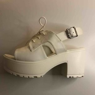 Snygga vita skor köpta på skopunkten! Använda några få gånger❣️ har tyvärr växt ur dem... frakt tillkommer💌