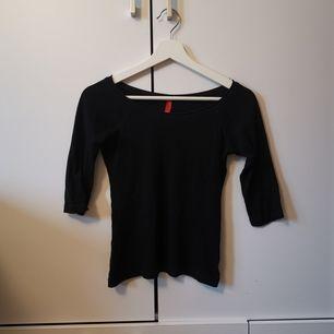 Svart tröja med trekvartsärmar i storlek 34. Frakten ligger på 22 kr.