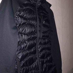 Min super sköna peak jacka som jag säljer:( pga jag använder inte den längre & pass formen har jag växt ut. Original pris 2200kr men säljer den för 1500kr. Hör gärna av er om intresse!(köparen står för frakt!)