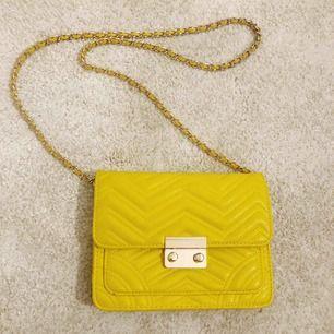 Gul liten handväska från Mango. Lite missfärgad (mörkare) på baksidan, men inget som syns eftersom det är vänt inåt när man bär den.