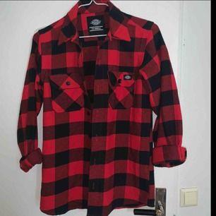 Oanvänd dickies skjorta! Storlek XXS men passar perfekt som S då den är stor i storlek!!   nypris 650kr. frakt 63kr