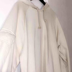 """Säljer denna """"oversize"""" hoodie. Kommer aldrig till användning pga jag har nya oversize hoodies. Hör av er för intresse!"""