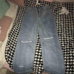 """Helt nya jeans från boohoo med hål och passar modellen """"tall""""! Aldrig använda, frakt ingår i priset❤️"""