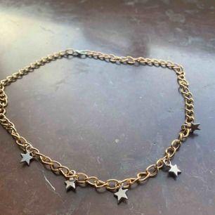 Halsband med guldkedja och silver berlocker. Aldrig använt 💞 köpare står för frakt