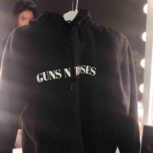 ❌priset är inkl frakt❌ en aaas ball guns n roses hoodie som jag tycker är skiit snygg! Men knappt kommer till användning, köpt för ca 600 kronor, men i jättebra skick! (Köpt på deras spelning)