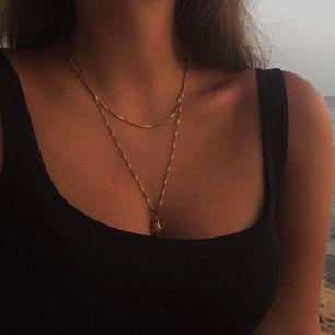 Jättefint guldigt halsband med en ros. Mycket fint skick. Frakt på 11 kr tillkommer.