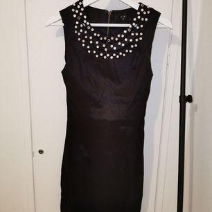 Jättefin svart klänning med spännande material. Använd fåtal gånger så i fint skick.