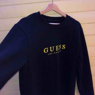 """Skitsnygg och bekväm """"Rare"""" guess sweatshirt """"gold emroidery"""". Strl M Inköpspris 1200kr Frakt 88kr Ovanlig och använd endast 3x, ny skick! Prutbart!!😁😁"""