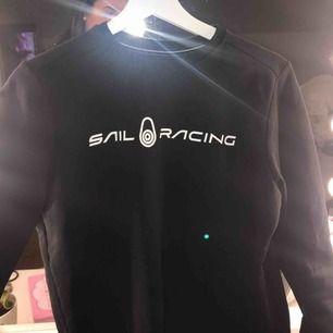 ❌priset är inkl frakt❌ skiitsnygg sail racing sweatshirt! Har ändrat stil det är därför jag säljer. Skitbra skick verkligen. Och inte köpt för längesen.