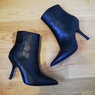 Svarta spetsiga boots med smal klack från NA-KD i stl 39. Helt nya, prislappen sitter fortfarande kvar under skon. Nypris 499 kr. Det var ett spontanköp men tror inte jag kommer använda dem. Frakt 63 kr.
