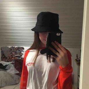 En svart buckethat. Skulle användas till i samband med en street-tävling i dans, men ändrade till vit hatt i sista sekund. Säljer därför denna. Frakt tillkommer. :)